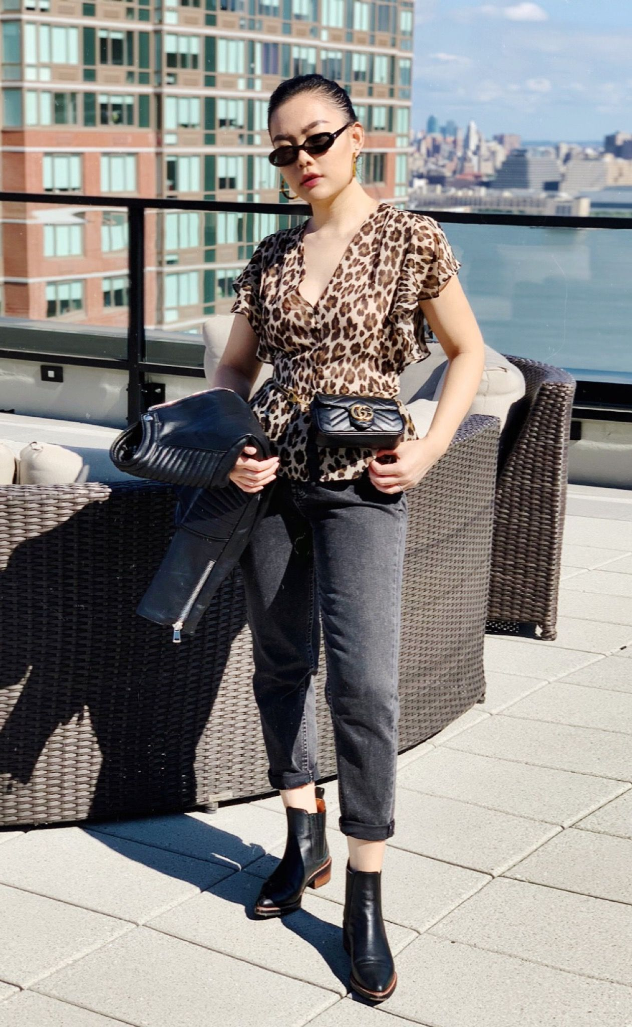 black mom jeans outfit with leopard print flattering top